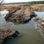 Посмотрели на остатки ещё одной переправы – глубина в промоине около 4 метров.