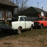 Местный элитный автопарк: красный спорткар и кабриолет :)