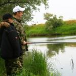 Отец и сын всматриваются в толщу воды