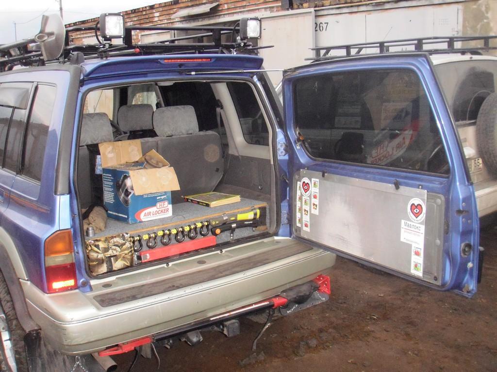 органайзер в багажник и откидной алюминиевый столик на задней двери